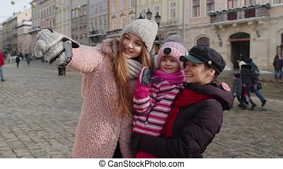 toeristen, vervaardiging, selfie, boeiend, video, praatje, kind, stad, lesbisch paar, straat, meisje, of, adoptie
