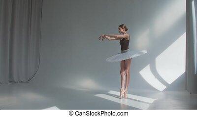 toneel, ruim, studio., ballet, repeteert, vrouwlijk, oefeningen, helder, danser, lit, back., open, bewegingen, dans jurk