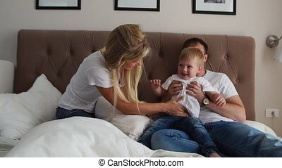toneelstuk, bed, zoon, hun, ouders, lachen, slaapkamer, het glimlachen, hartelijk
