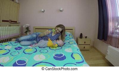 toneelstuk, concept., bed., moederschap, 4k, mamma, baby meisje, vrolijke
