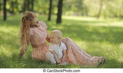 toneelstuk, haar, moeder, park, kind, gras