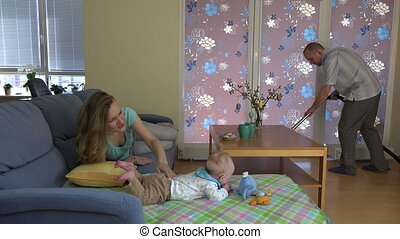 toneelstuk, hoover, schoonmaken, vloer, sofa., vader, 4k, mamma, baby