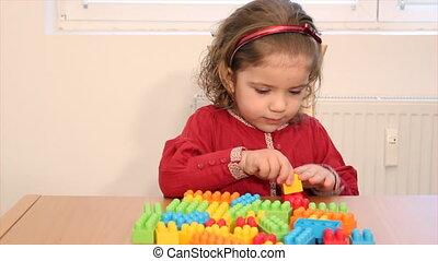 toneelstuk, speelgoed baksteen, klein meisje