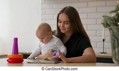 toneelstuk, tablet, bankstel, het kijken, computer, moeder, baby, thuis