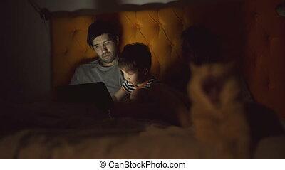 toneelstuk, tablet, gezin, weinig; niet zo(veel), bed, zoon, computer, leren, thuis, kat, het liggen, vrolijke