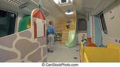 toneelstuk, trein, kinderen, helsinki-rovaniemi, ruimte