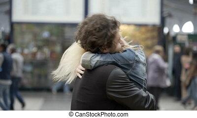 trein, paar, jonge, herenigde, rennende , luchthaven, station, het koesteren, hereniging, kussende , meisje, boyfriend, ontmoeten