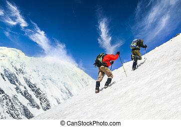 trekkers, sneeuwde, achtergrond, twee, dramatisch, berg, hemel, stijle heuvel