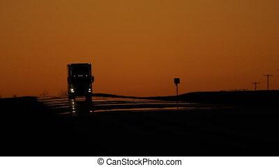 trucks., schemering, verkeer