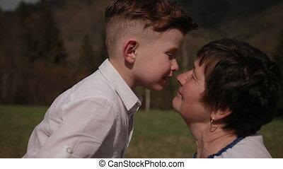 tussen, gezin, kussen, kleinzoon, verhoudingen, generaties, grootmoeder, cheek.