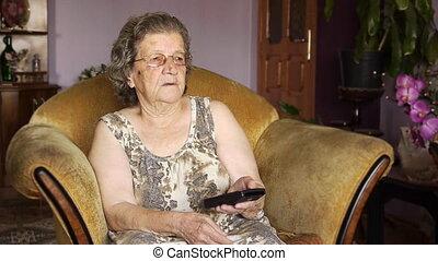 tv, oude vrouw, gepensioneerd, schouwend