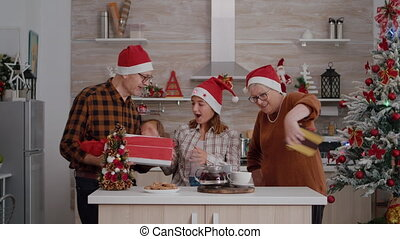uitgeven, verrassend, kleindochter, pakpapier, samen, christmastime, kado, grootouders