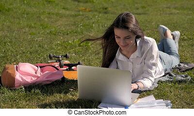universiteit, werkende , draagbare computer, park, student, voorkant, meisje, campus, aanzicht