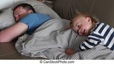 vader, bed, morgen, closeup, kind, het liggen