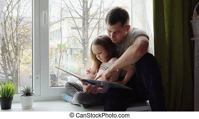 vader, boek, dochter, lezende