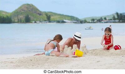 vader, meiden, twee, tropische , zand strand, spelend