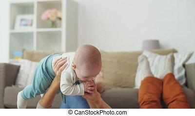vader, moeder, baby, thuis, spelend, vrolijke