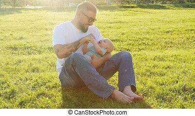 vader, weinig; niet zo(veel), gras, park, zoon