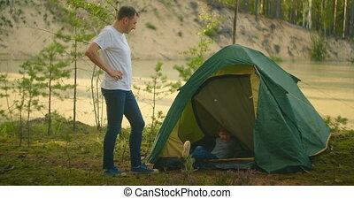 vader, zijn, tentje, terwijl, jongen, meerkust, het reizen, relaxen, beklimmingen, natuur