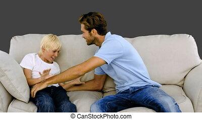 vader, zoon, sofa, kieteldood