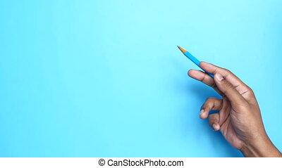 vasthouden, tegen, persoon, potlood, hand, blauwe achtergrond
