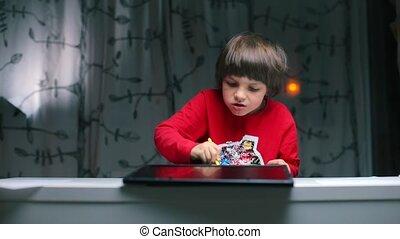 verlekkeert, jongen, pencil., zittende , tafel, toetsenbord, tablet