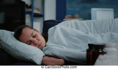 verpakte, ziek, het leggen, op, deken, persoon, afsluiten, sofa