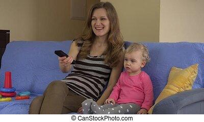 verre televisie, zittende , schouwend, sofa., mamma, dochter