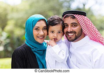 verticaal, arabisch, jonge familie, buitenshuis