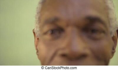 verticaal, black , oudere man