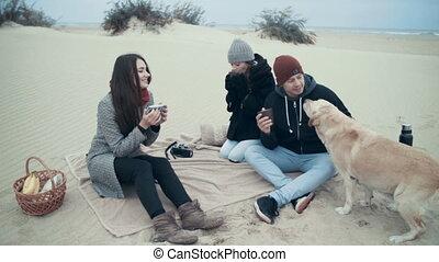 verticaal, gelukkige familie, picnic.