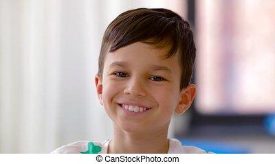 verticaal, het glimlachen, jongen, vrolijke