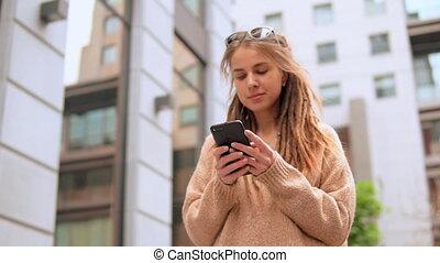 verticaal, meisje, smartphone, hipster, gebruik