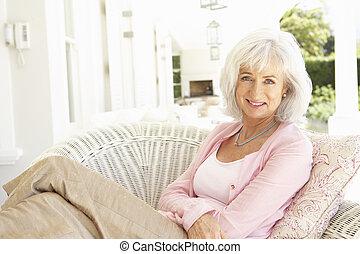 verticaal, oude vrouw, stoel, relaxen