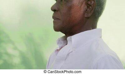 verticaal, senior, vrolijke , zwarte man