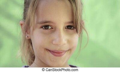 verticaal, vrolijke , meisje, jong kind
