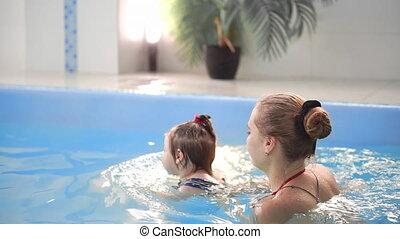 vertragen, dochter, gezin, haar, motion., verloofd, jonge, sporten, baby, mamma, actieve levensstijl, gespeel zwembad