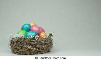 vertragen, eitjes, kleurrijk licht, nest, ruimte, dalingen, traditionele , veer, achtergrond, motie, witte , kopie, chicken, pasen