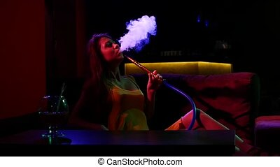 vertragen, silhouette, sofa, motion., cafe., smoking, meisje, shisha, het liggen