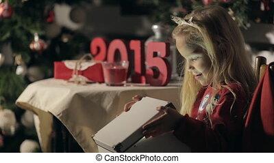 vervelend, schattig, weinig; niet zo(veel), magisch, trui, doosje, langharige, jaar, donker, nieuw, meisje, snowmen, opent