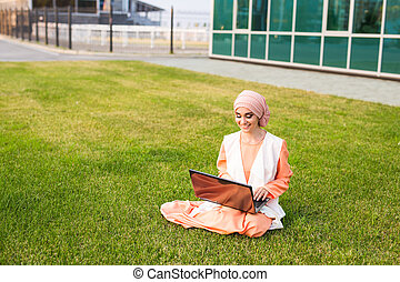 vervelend, vrouw, werkende , succesvolle , businesswoman, draagbare computer, laptop., arabier, park., hijab