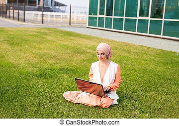 vervelend, vrouw, werkende , succesvolle , businesswoman, draagbare computer, moslim, laptop., arabier, park., hijab