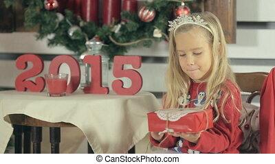 vervelend, weinig; niet zo(veel), schudden, snowmens, cadeau, trui, langharige, blonde , meisje, kerstmis, rood