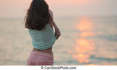 verwijdert, t-shirt, ondergaande zon , lachen, zee, model