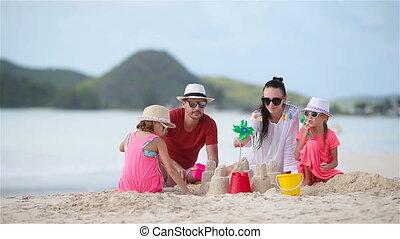 vier, gezin, tropische , zand, vervaardiging, kasteel strand, witte