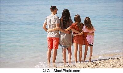 vier, jonge familie, vakantie, strand