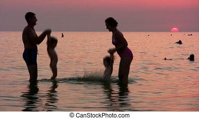 vier, ondergaande zon , silhouette, zee, gezin