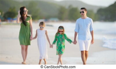vier, wandelende, strand, witte familie