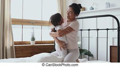 vietnamees, lach, moeder, dochter, vrolijke , bed, kind, toneelstuk
