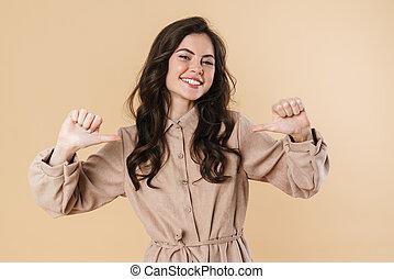 vingers, glimlachende vrouw, schattig, beeld, wijzende, zichzelf, vrolijk